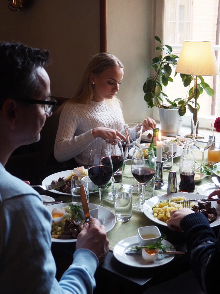 middag porrstjärna umgänge nära Stockholm